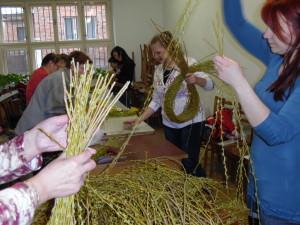 Velikonoční tvoření březen 2016 - vázání věnečků (4)