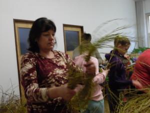 Velikonoční tvoření březen 2016 - vázání věnečků (5)