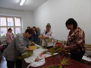 Velikonoční tvoření březen 2016 - vázání věnečků (7)