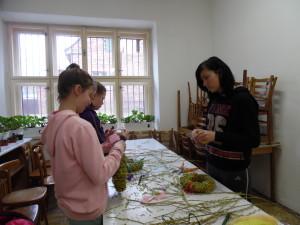 Velikonoční tvoření březen 2016 - vázání věnečků (8)